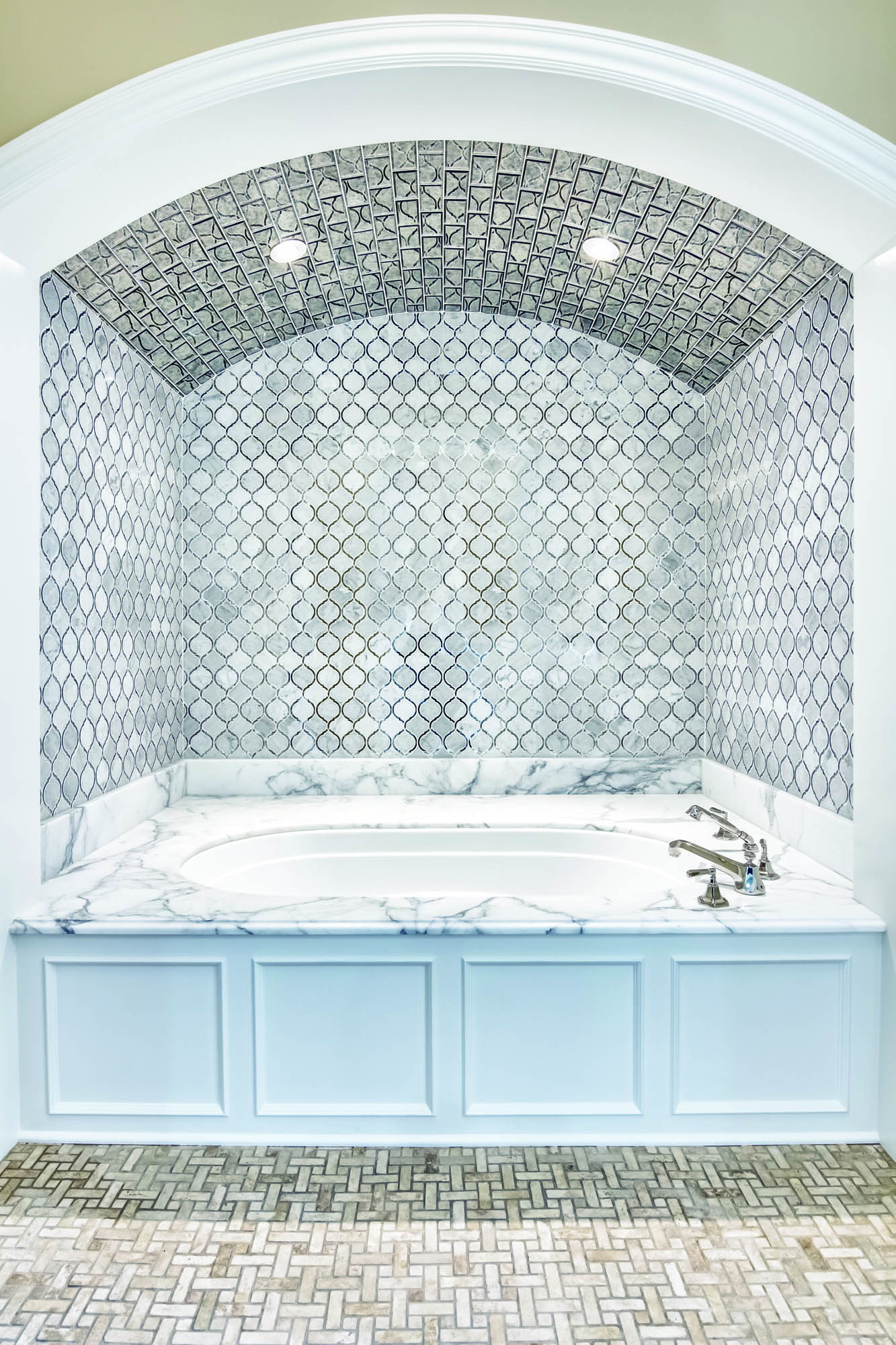 Mirrored bathtub surround