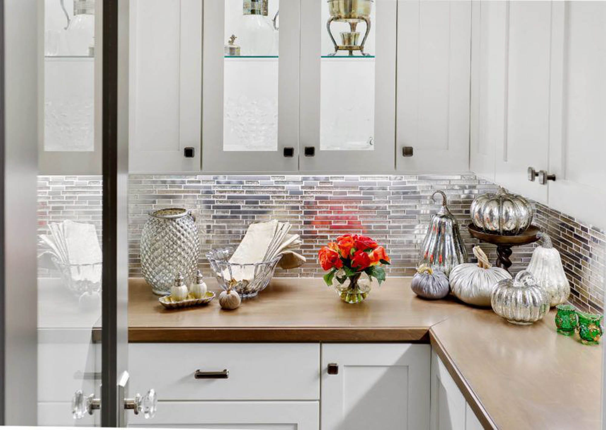 Kitchen backsplash, glass mosaic itle