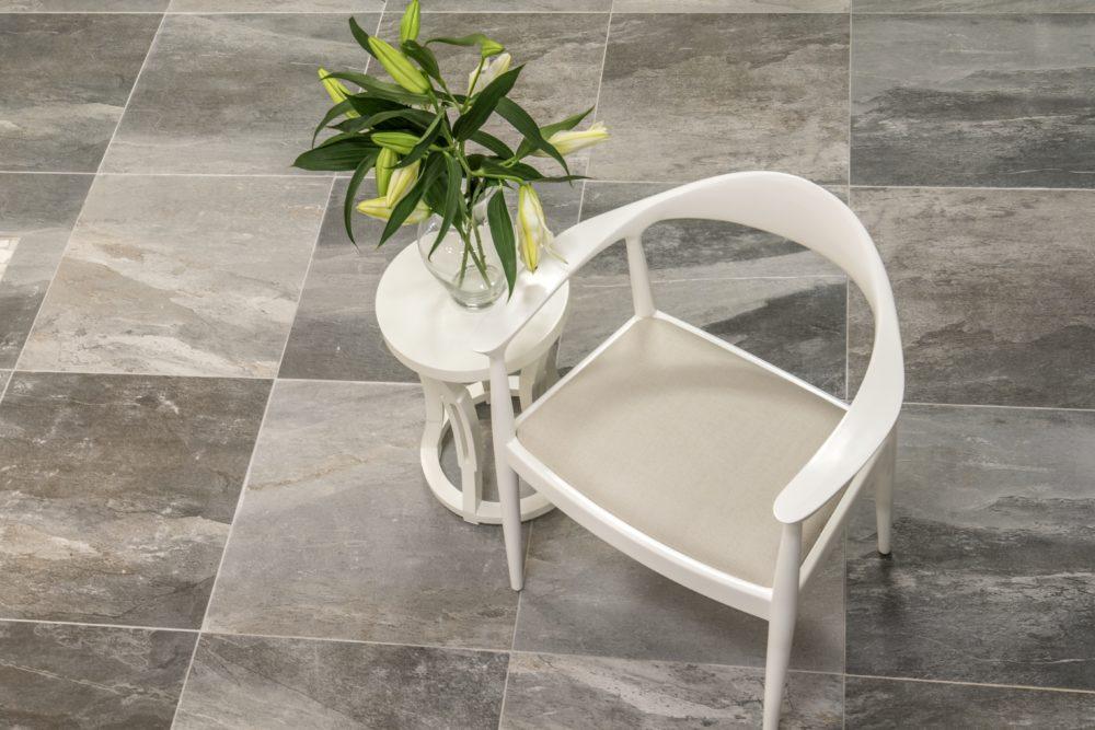 Anti-slip floor tile