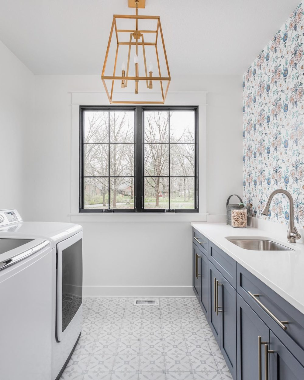 Patterned floor and wall laundry room